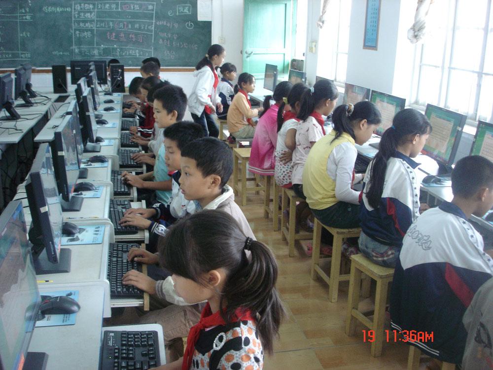 学生们正在使用爱心人士们捐赠的电脑学习